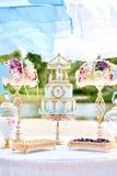 1年与装饰的生日聚会蛋糕在背景中 免版税库存照片