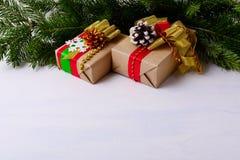 与装饰的礼物盒和冷杉的圣诞节背景分支 库存照片