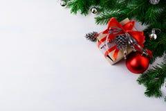 与装饰的礼物盒和银色杉木骗局的圣诞节背景 库存图片