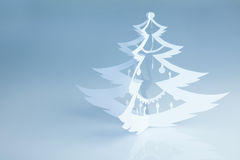 与装饰的美丽的白色手工制造圣诞树 图库摄影
