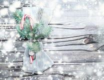 与装饰的美好的圣诞节桌设置和金属为 免版税库存图片