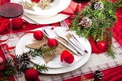 与装饰的美好的圣诞节桌设置,欢乐桌 免版税库存照片