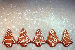 与装饰的自创圣诞节曲奇饼结构树 免版税图库摄影