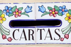 与装饰的花的西班牙邮箱 库存图片