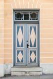 与装饰的蓝色木门在老大厦 库存照片