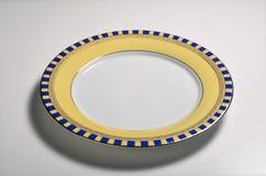 与装饰的边界的空的圆的盘 免版税库存照片