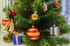 与装饰的选择聚焦逗人喜爱的季节问候的圣诞树和装饰品 免版税库存图片