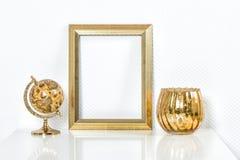 与装饰的金黄画框 嘲笑为您的照片 免版税库存照片