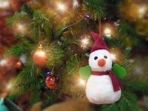 与装饰的项目和雪人吊的欢乐圣诞快乐在树 免版税库存图片