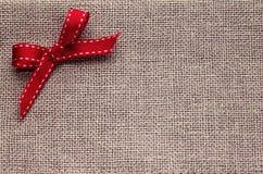 与装饰的Christmass背景在对比胡麻纺织品 免版税库存照片