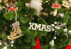 与装饰的Xmas树 免版税图库摄影