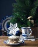 与装饰纸雪花的椰子杯形蛋糕 库存图片