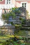 与装饰花盆的老生苔楼梯 免版税库存图片