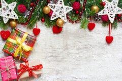 与装饰藤条球、心脏和s的圣诞节背景 库存照片