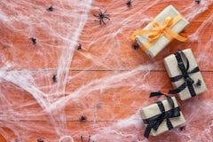 与装饰蠕动的网、蜘蛛和gif的万圣夜背景 免版税库存图片