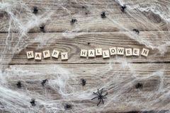 与装饰蠕动的网的万圣夜在o的背景和蜘蛛 库存图片