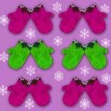 与装饰被装饰的手套的样式在与雪花的紫色背景 库存图片