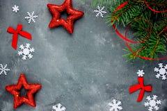 与装饰雪花星丝带弓的圣诞节背景 免版税图库摄影