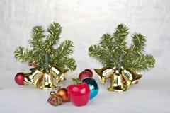 与装饰霍莉和当前箱子,在白色的丝带的圣诞节背景 免版税库存图片