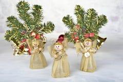 与装饰霍莉和当前箱子,在白色的丝带的圣诞节背景 库存图片