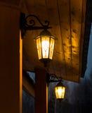与装饰玻璃的黑光在房子前面 图库摄影