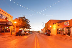 与装饰lighing的盖洛普新墨西哥路线66的街道scne 库存照片