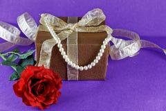 与褐色礼物的红色玫瑰 3d抽象背景蓝色企业圣诞节冷静巨大节假日例证装饰您明信片紫色被回报的主题 免版税图库摄影