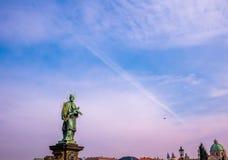 与西伯来字法蓝天冬天季节的17世纪在十字架上钉死雕象在查理大桥布拉格,捷克 免版税库存图片
