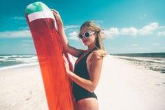 与西瓜lilo的模型在海滩 图库摄影