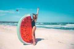 与西瓜lilo的模型在海滩 免版税图库摄影