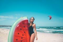与西瓜lilo的模型在海滩 库存照片