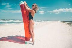 与西瓜lilo的模型在海滩 库存图片