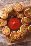 与西红柿酱关闭的被切的土豆卷 垂直的上面竞争 免版税库存照片