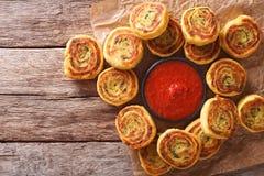 与西红柿酱关闭的被切的土豆卷 水平的名列前茅v 库存照片