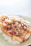 与西红柿酱顶部的油煎的猪肉在煎蛋 免版税库存图片