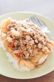 与西红柿酱顶部的油煎的猪肉在煎蛋 库存图片