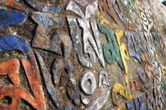 与西藏人题写的佛经的神圣的玛尼石头 免版税图库摄影