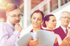 与见面在办公室的文件夹的企业队 免版税库存图片