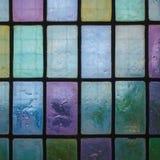 与规则块样式蓝绿色口气的色的污迹玻璃窗 免版税库存图片