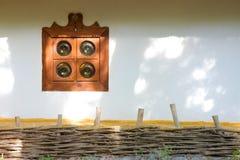 与视窗和范围的老农村房子墙壁 免版税库存照片