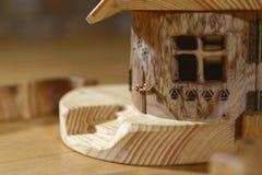 与视窗的木小屋 免版税库存照片