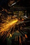 与角度研磨机的切口金属 免版税库存照片