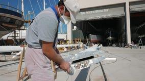 与角度研磨机的工作者铺沙的游艇帆柱 影视素材