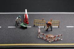 与警报信号的一个微型图在具体街道崩裂了 库存照片