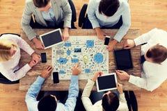 与计划会议的企业队在办公室 免版税库存照片