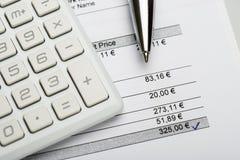 与计算器和发货票的笔 免版税图库摄影