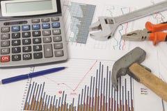 与计算器和工具的图表 免版税库存图片