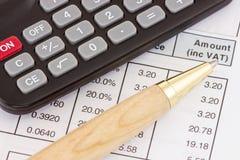 与计算器和笔的发货票 免版税库存图片