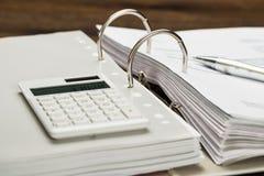 与计算器和笔的发货票 免版税图库摄影