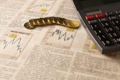 与计算器和金钱的报纸股市 库存照片